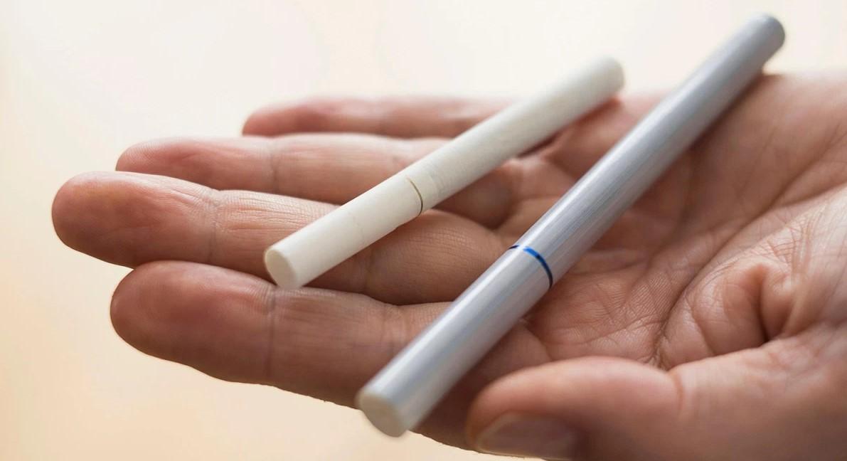 elektronka-i-obychnaya-sigareta фото